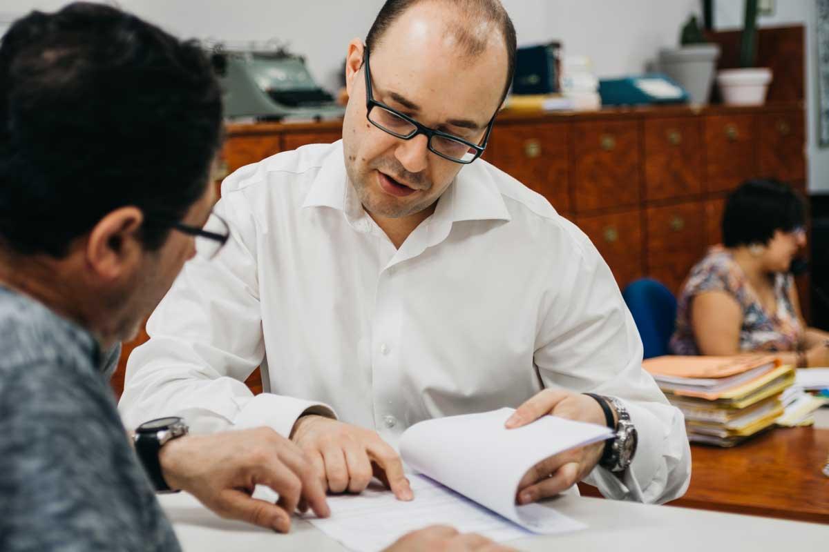 corredor de seguros asesorando un cliente